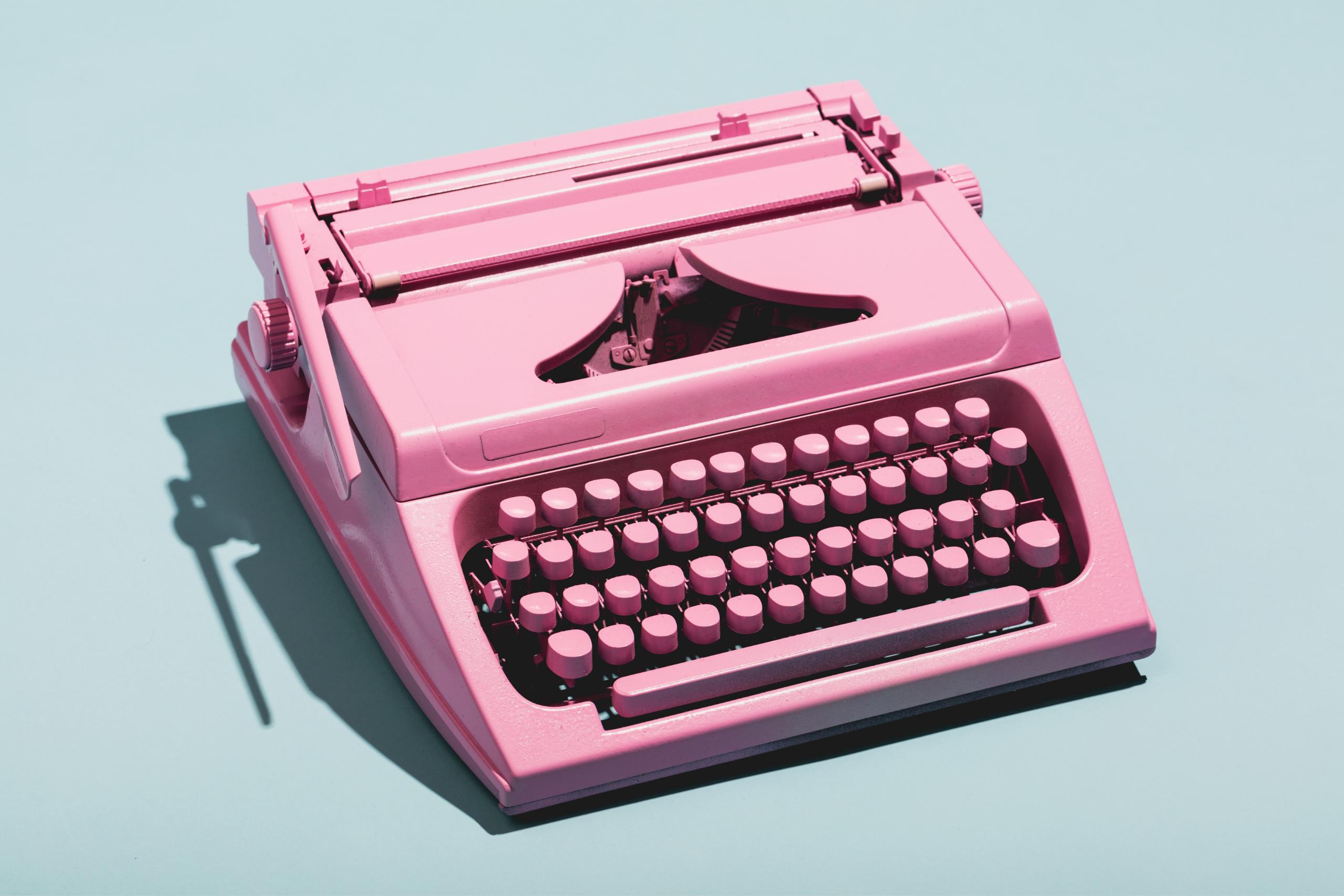 Macchina da scrivere di colore rosa